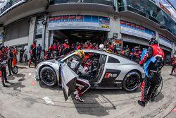 Dernier arrêt aux stands pour la #28 Audi Sport Team WRT Audi R8 LMS : Christopher Mies, Edward Sandström, Nico Müller, Laurens Vanthoor