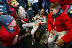 Edward Sandström, Laurens Vanthoor et Nico Müller après le dernier arrêt aux stands de la course