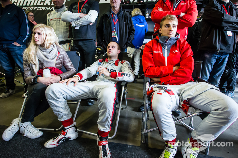 Laurens Vanthoor with his girlfriend Jacqueline, and Nico Müller watch the last few minutes of the r