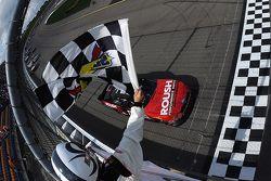 Chris Buescher, Roush Fenway Racing Ford, se lleva la victoria