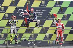 Подиум: второе место - Валентино Росси, победитель гонки - Хорхе Лоренсо, Yamaha Factory Racing и тр