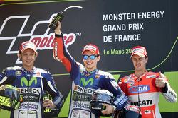 Подиум: второе место - Валентино Росси, победитель гонки - Хорхе Лоренсо, Yamaha Factory Racing и третье место - Андреа Довициозо, Ducati Team