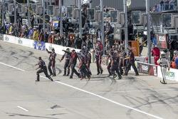 Il team Roush Fenway Racing festeggia la vittoria di Buescher