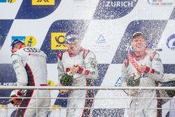 Podium : Christopher Mies, Edward Sandström, Nico Müller, Laurens Vanthoor fêtent leur victoire au champagne