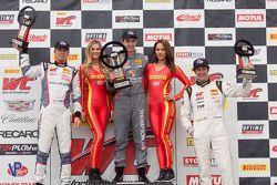 GT Cup podium: ganador, Colin Thompson, segundo lugar, Sloan Urry, tercer lugar, Lorenzo Trefethen