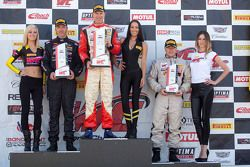 TCB podium: tweede plaats Glenn Nixon, racewinnaar Randy Smith, derde plaats Travis W. Washay