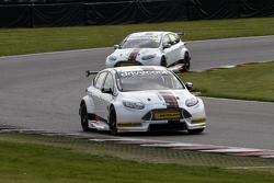 Mat Jackson en James Cole in Motorbase BTCC-test