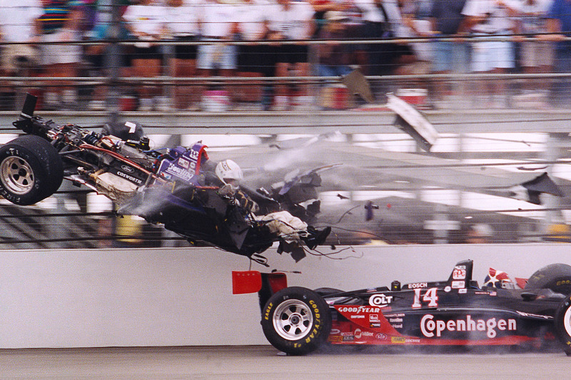 Stan Fox ve Eddie Cheever büyük bir kaza geçiriyor