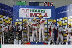 Podium: racewinnaars Tristan Gommendy, Pierre Thiriet, Ludovic Badey, tweede plaats Mark Patterson,