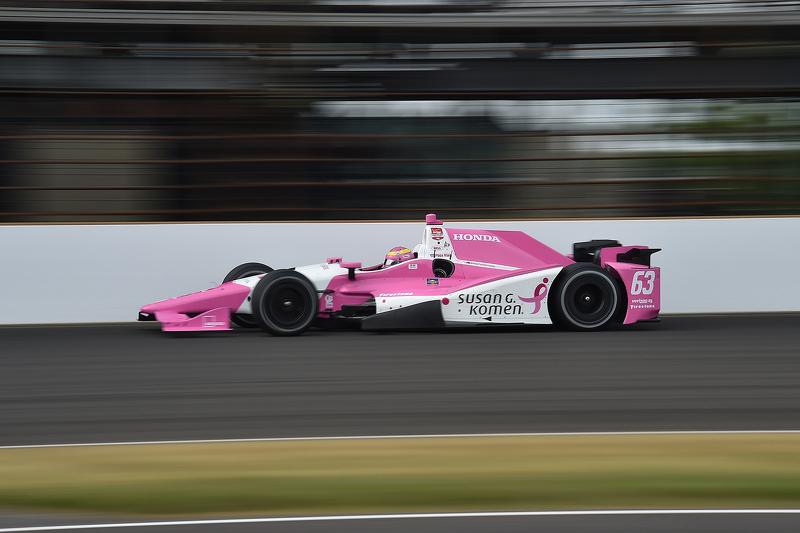 En las 500 Millas de Indianápolis, Pippa Mann también llevó coche rosa