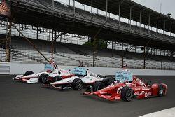 Séance photos de la première ligne : Simon Pagenaud, Team Penske Chevrolet, Will Power, Team Penske Chevrolet et le poleman Scott Dixon, Chip Ganassi Racing Chevrolet
