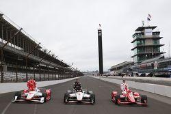 Foto primeira fila: Simon Pagenaud, Team Penske Chevrolet, Will Power, Team Penske Chevrolet e o pole Scott Dixon, Chip Ganassi Racing Chevrolet
