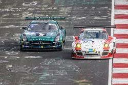 #12 Team Manthey Porsche 997 GT3 R : Otto Klohs, Frédéric Makowiecki, Harald Schlotter, Jens Richter, #5 Black Falcon Mercedes-Benz SLS AMG GT3 : Abdulaziz Al Faisal, Hubert Haupt, Yelmer Buurman, Jaap van Lagen