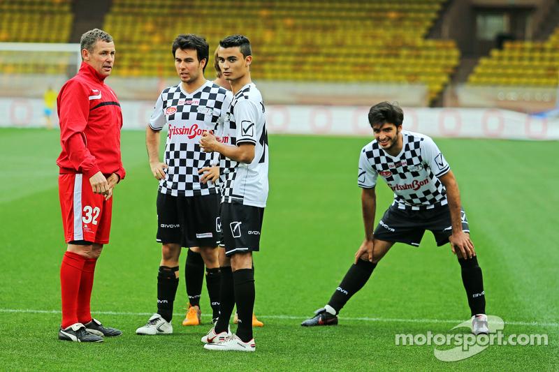(De izquierda a derecha): Tom Kristensen; Sergio Pérez Sahara Force India F1; Conductor Pascal Wehrlein Mercedes F1 Reserva AMG; y Carlos Sainz Jr. Scuderia Toro Rosso en el partido de fútbol a beneficio