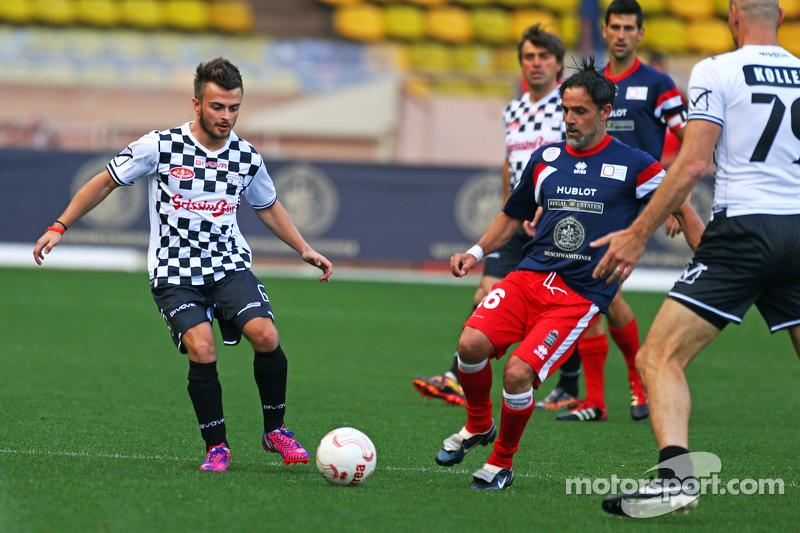 Will Stevens Manor F1 Team dalam pertandingan amal sepak bola