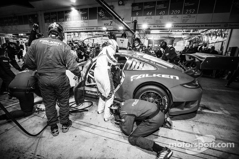 Pit stop for #44 Team Falken Tire Porsche 997 GT3 R: Peter Dumbreck, Wolf Henzler, Martin Ragginger, Alexandre Imperatori