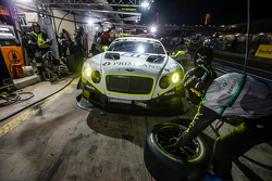 Parada en boxes para #11 Bentley Team HTP Bentley Continental GT3: Harold Primat, Christopher Brück,