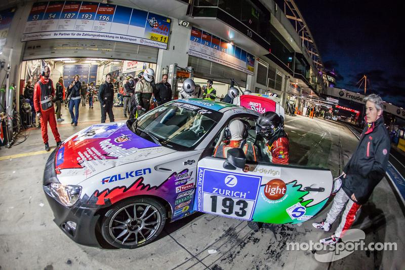 Parada en boxes para #193 Toyota GT86: Olivier Mytjens, Bruno Barbaro