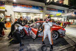 Arrêt aux stands pour la #75 Getspeed Performance Porsche 997 GT3 Cup : Adam Osieka, Dieter Schornstein, Andy Sammers