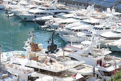 Яхты в порту Монако