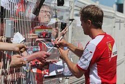 Себастьян Феттель, Ferrari раздает автографы