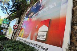 Vallas publicitarias Marlboro que ofrecen una imagen de Sebastian Vettel, Ferrari