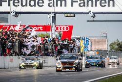 Zwartwit geblokte vlag: #185 Team AutoArenA Motorsport Mercedes-Benz C23: Patrick Assenheimer, Marc