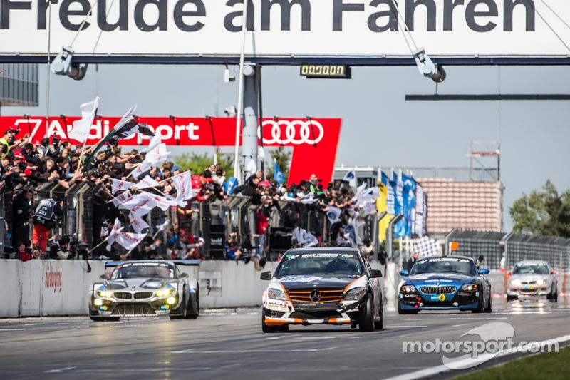 Drapeau à damiers : #185 Team AutoArenA Motorsport Mercedes-Benz C23 : Patrick Assenheimer, Marc Marbach, Steffen Fürsch