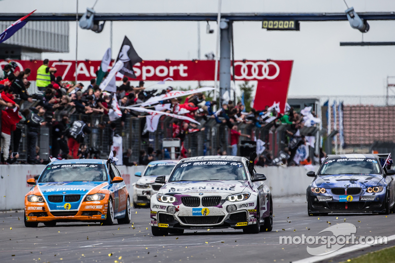 Checkered прапор: #310 Adrenalin Motorsport BMW 235i Racing: Einar Thorsen, Carsten Ohlinger, Andrea Barlesi