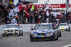 Bandera a cuadros: #51 Adrenalin Motorsport BMW 335i E92: Niels Borum, Maurice O'Reilly, Michael Eden, Wayne Moore