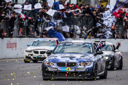 Bandera a cuadros: #51 Adrenalin Motorsport BMW 335i E92: Niels Borum, Maurice O'Reilly, Michael Ede