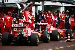 Кими Райкконен, Ferrari SF15-T, и Себастьян Феттель, Ferrari SF15-T, на пит-лейн