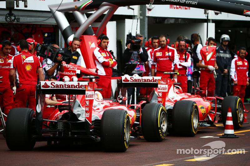 Kimi Räikkönen, Ferrari SF15-T, und Sebastian Vettel, Ferrari SF15-T, in der Box