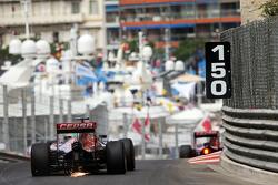 Max Verstappen, Scuderia Toro Rosso STR10 tira faíscas do carro