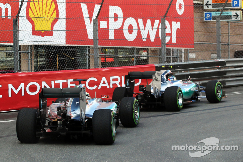 Nico Rosberg, Mercedes AMG F1 W06, vor Teamkollege Lewis Hamilton, Mercedes AMG F1 W06