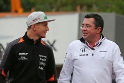 Слева направо: Нико Хюлькенберг, Sahara Force India F1, и гоночный директор McLaren Racing Эрик Буль