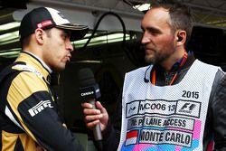 Пастор Мальдонадо, Lotus F1 Team, и Франк Монтаньи, ведущий телеканала Canal+