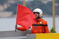 Маршал сигнализирует красным флагом об остановке сессии