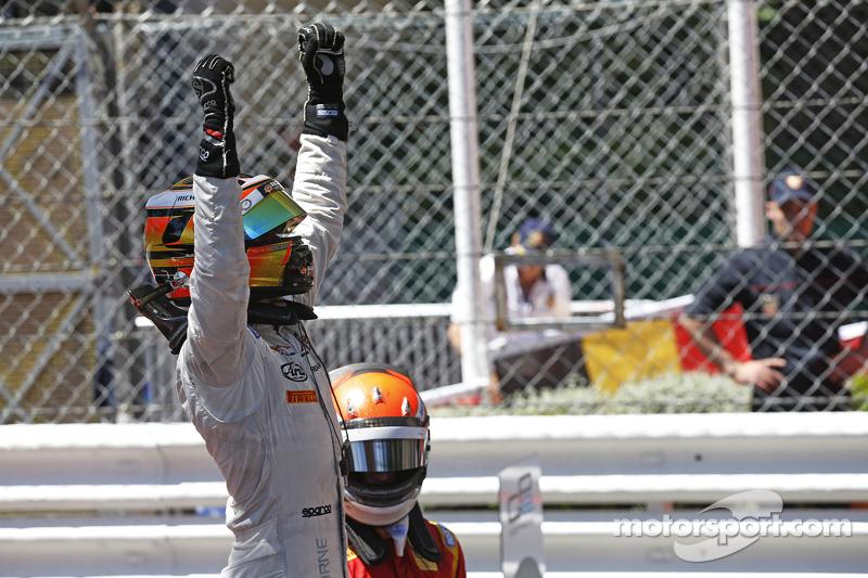 Il vincitore Stoffel Vandoorne, ART Grand Prix, ed il secondo classificato Alexander Rossi, Racing E