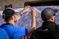 Des fans signent une bannière #GetWellHinch