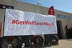 Les fans signent une bannière #GetWellHinch