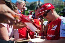 Кими Райкконен, Ferrari раздает автографы
