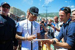 Льюис Хэмилтон, Mercedes AMG F1 раздает автографы