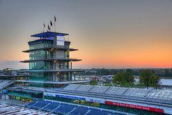 Le lever de soleil sur l'Indianapolis Motor Speedway