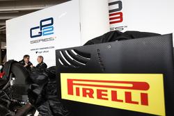 Комментатор Sky Sports Мартин Брандл в ходе демонстрационных заездов автомобиля GP2 с 18-дюймовыми колесами Pirelli