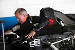 Martin Brundle sistema la sua seduta per un giro dimostrativo con un'auto GP2 con gomme Pirelli da 1