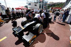Комментатор Sky Sports Мартин Брандл в ходе демонстрационных заездов автомобиля GP2 с 18-дюймовыми к