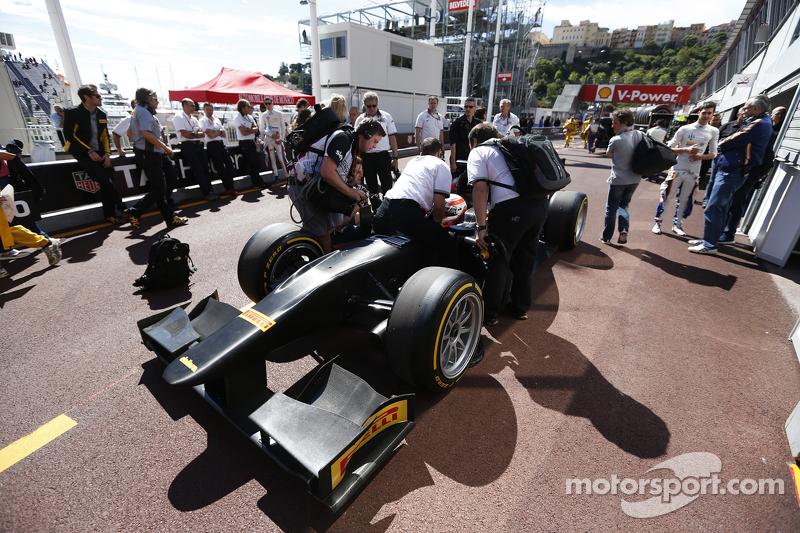Martin Brundle absolviert eine Demonstrationsfahrt in einem GP2-Auto mit 18-Zoll-Reifen von Pirelli