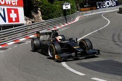 Martin Brundle completa il giro di dimostrazione con l'auto GP2 con pneumatici Pirelli da 18 pollici