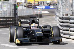 Martin Brundle, Sky Sports Comentarista demuestra el neumático Pirelli de 18 con un auto de GP2